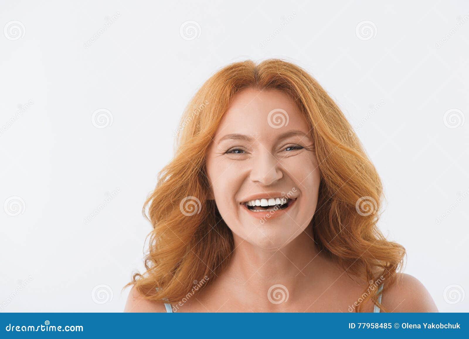 Dame die op middelbare leeftijd met geluk glimlachen