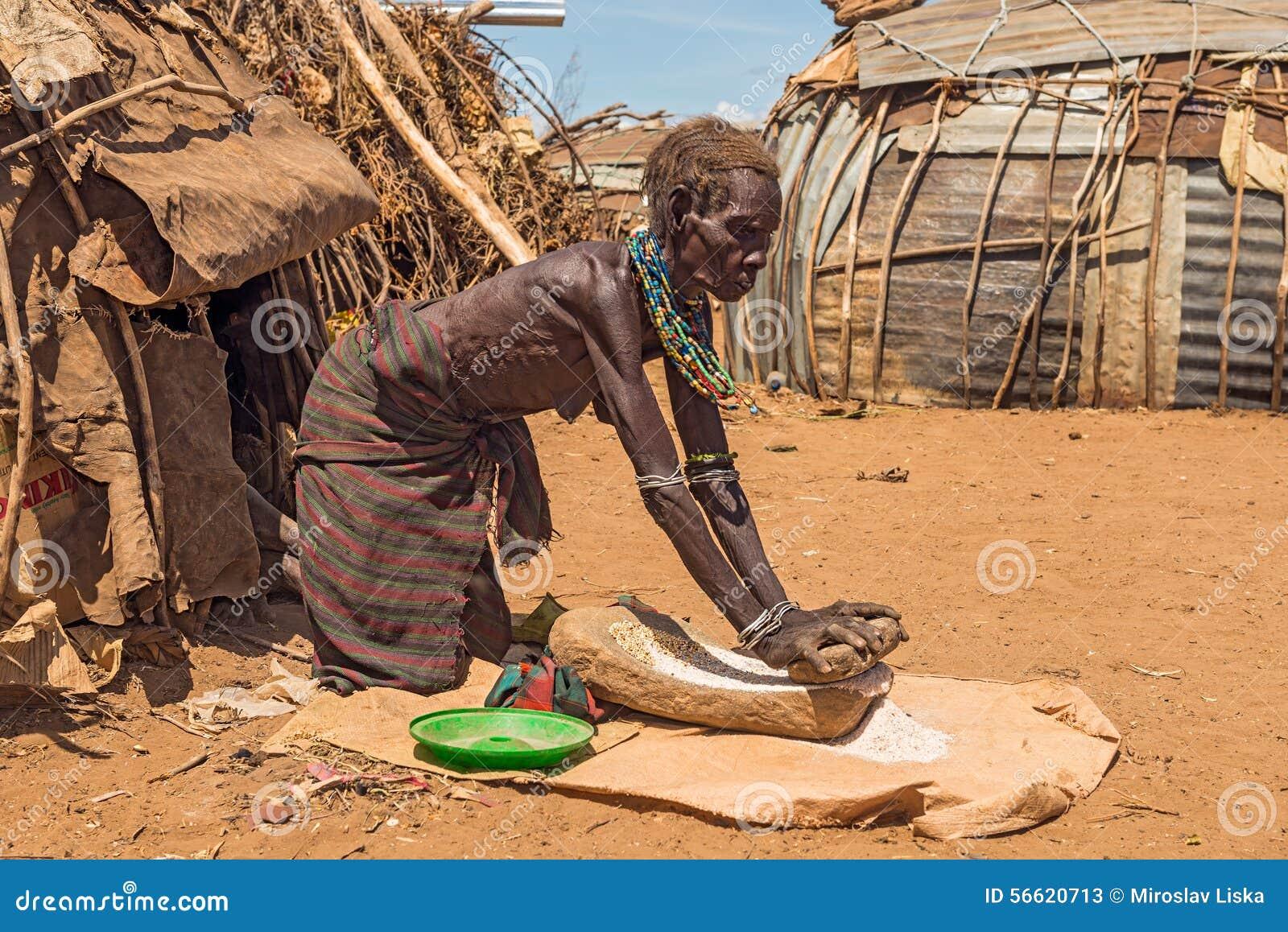 dame-ge-de-la-tribu-africaine-dasanesh-fonctionnant-devant-56620713.jpg