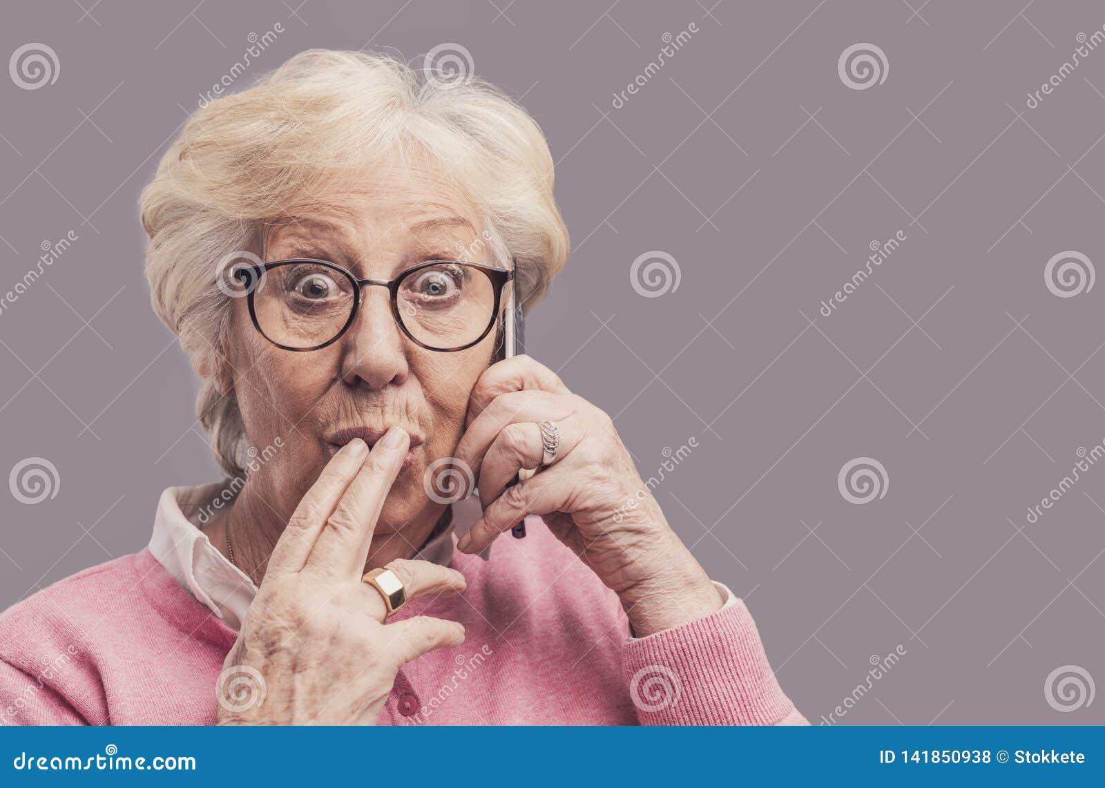 Dame supérieure bavardant au téléphone