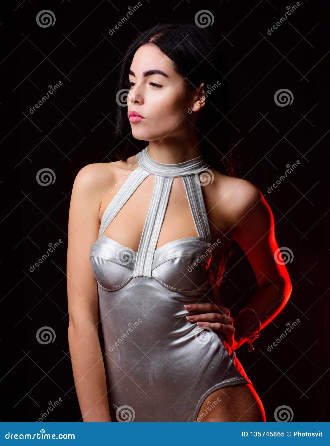 Dame tragen sexy Raumschiffuniformschwarzhintergrund Frau tragen silberne moderne Bodysuitwäsche Kosmische Mode Mädchen