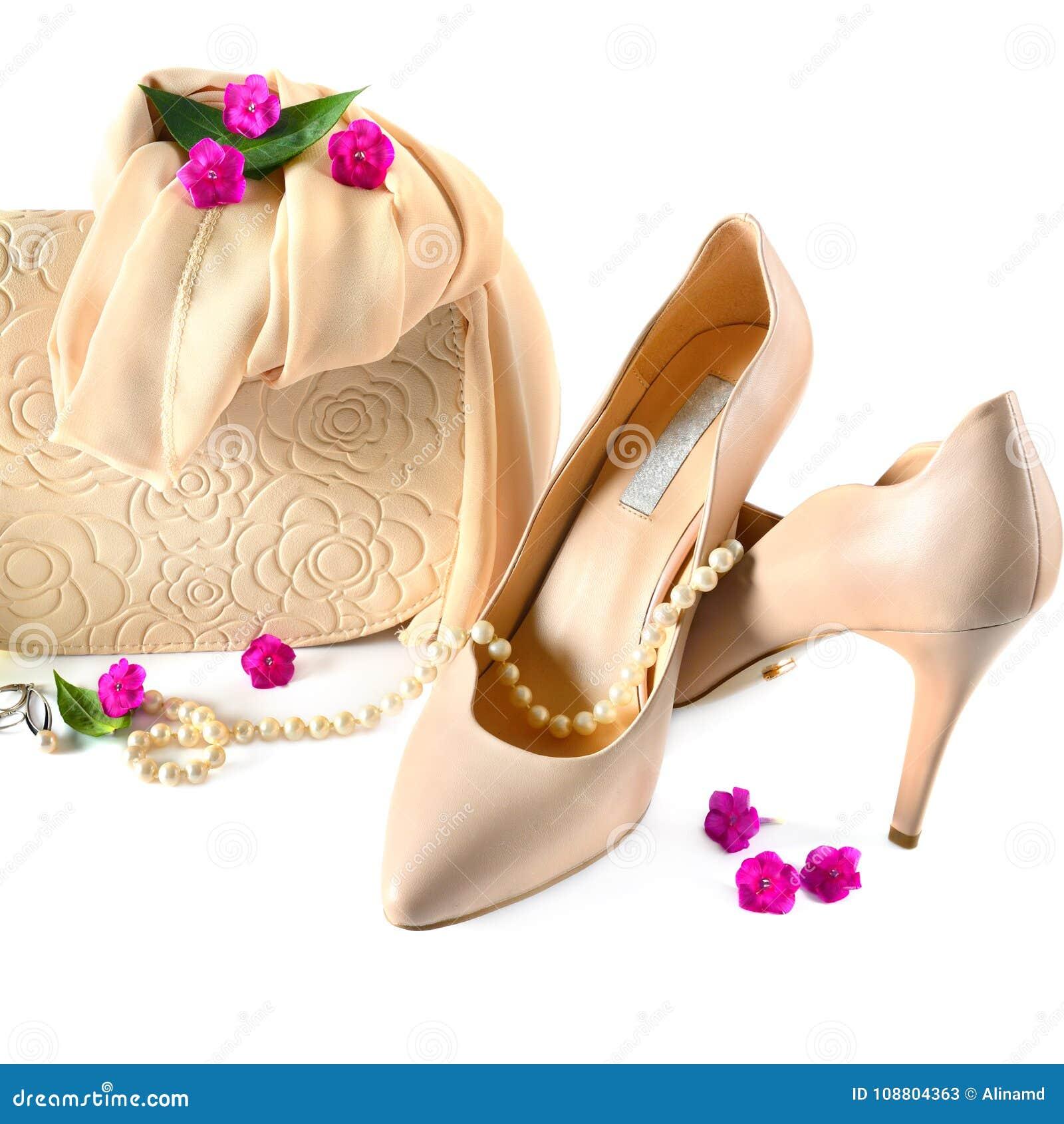 on sale 29544 9eb13 Damen Bauschen Sich, Die Schuhe Und Schmuck, Die Auf Weißem ...