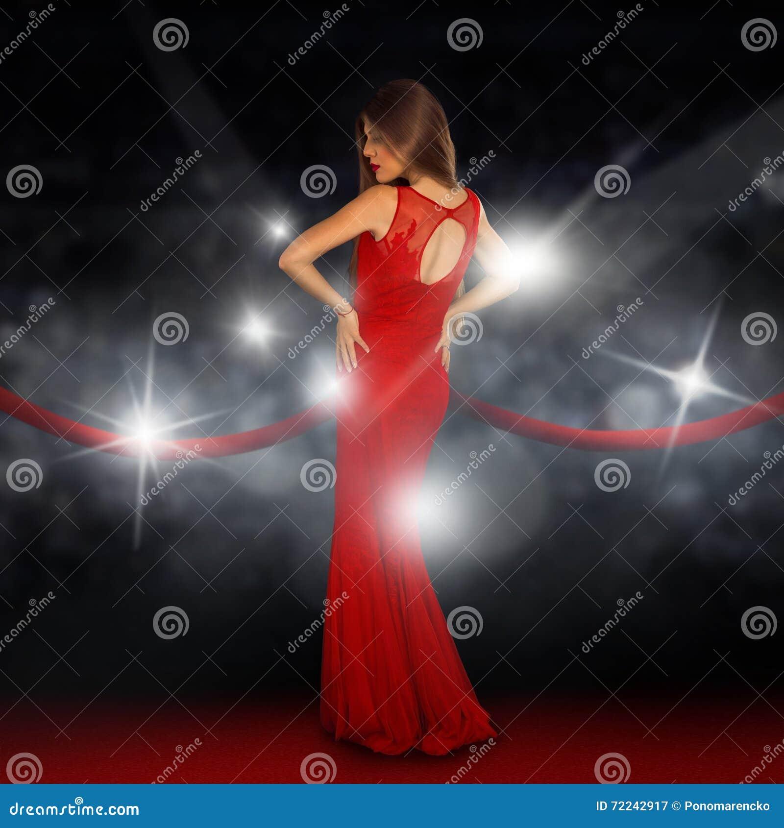 Damen på röd matta poserar i paparazziexponeringar