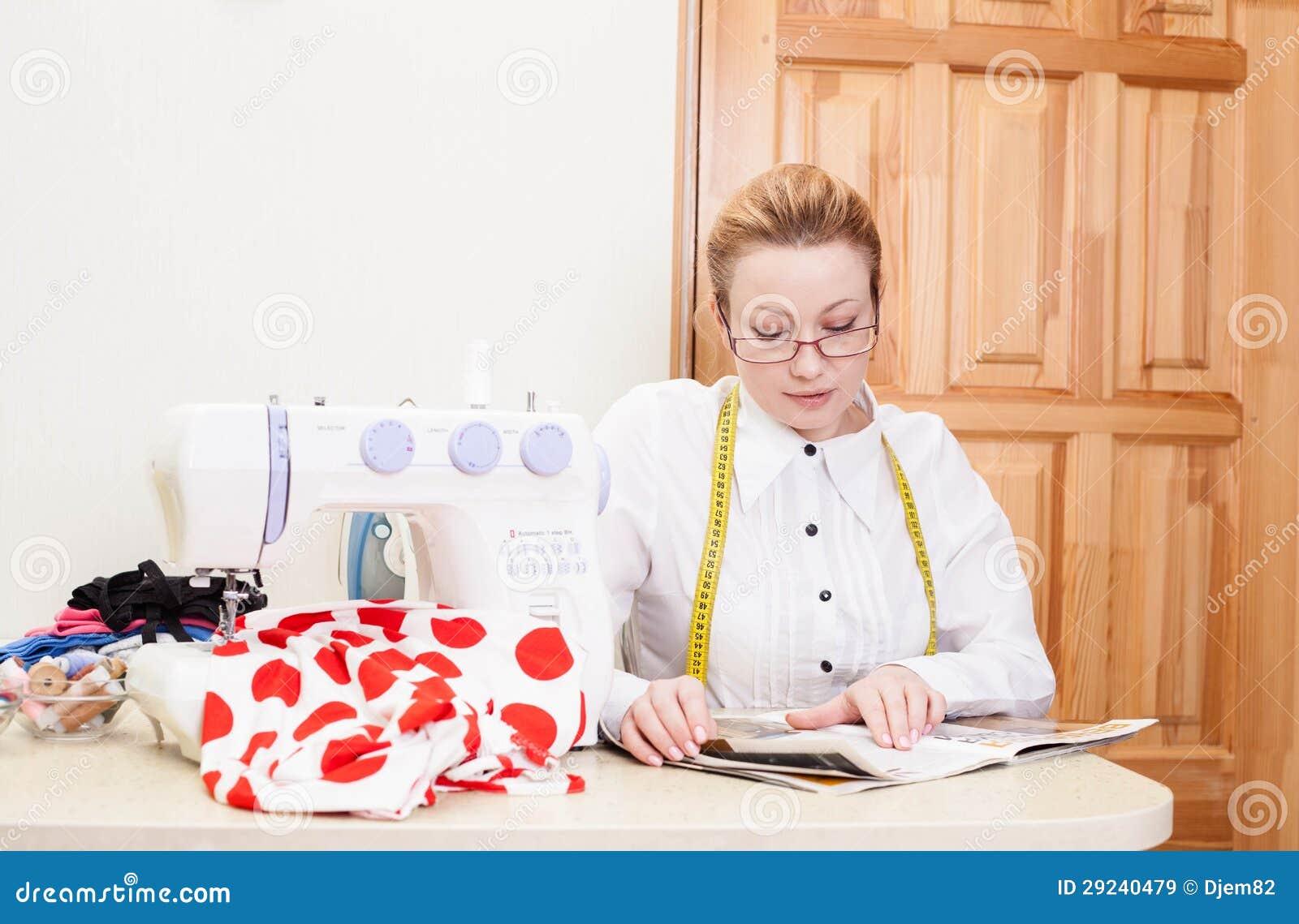 Damenschneiderin in einem Arbeitsraum