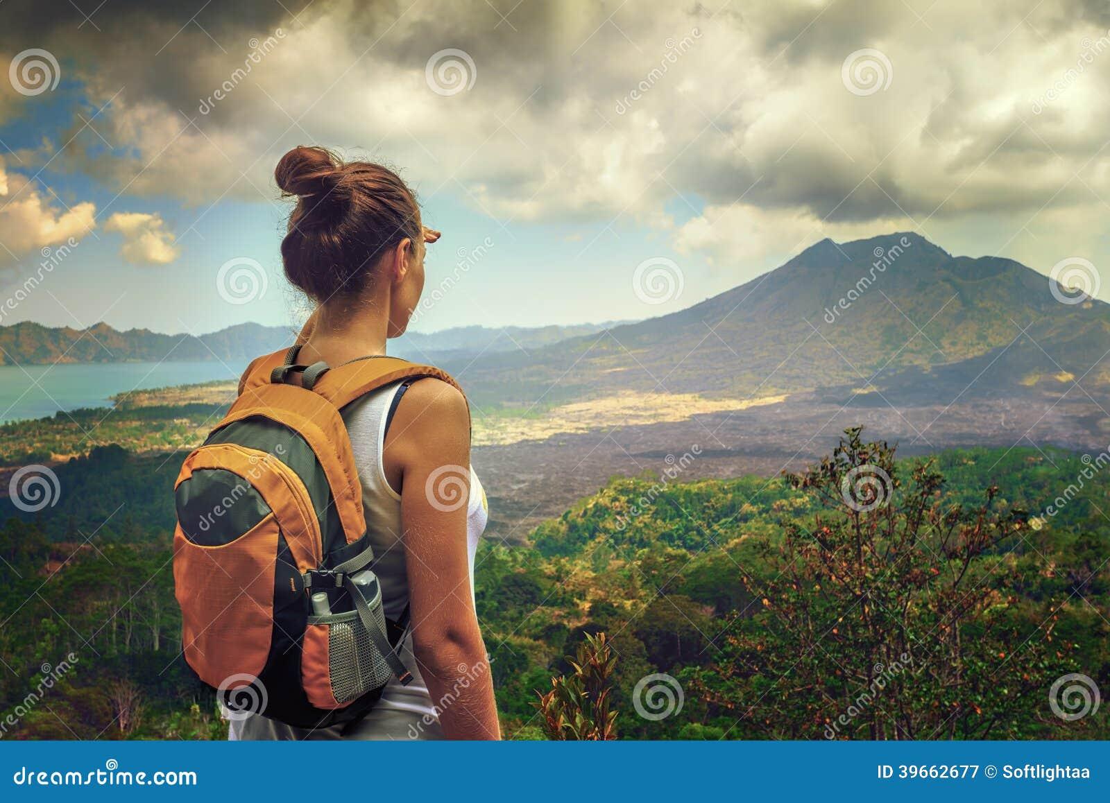Damentourist mit Rucksack
