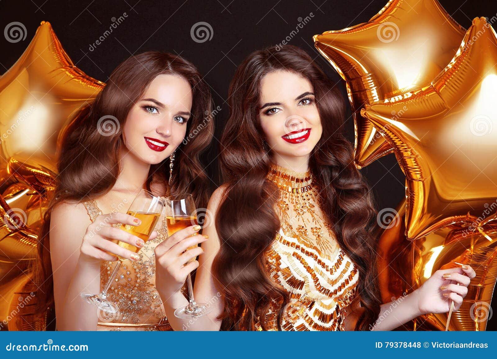 Damer som klirrar exponeringsglas, partiberöm Lycklig kvinnacongratu
