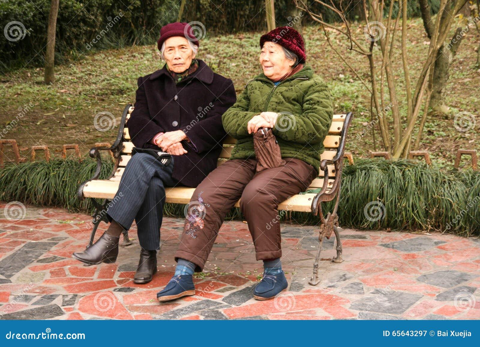 Dames âgées causant dans le chengfei se garent, Chengdu, porcelaine