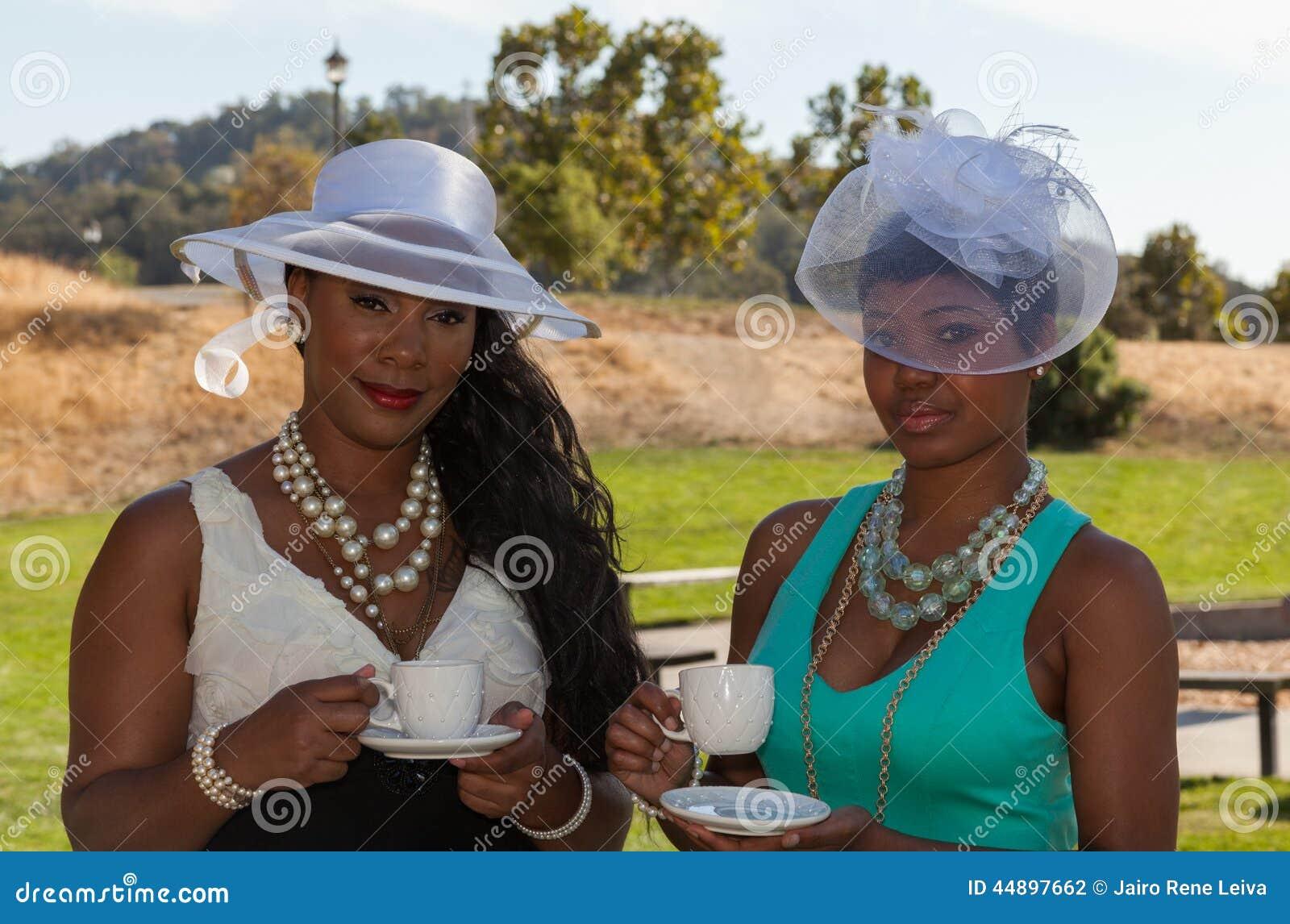 Dames bij een theedeel