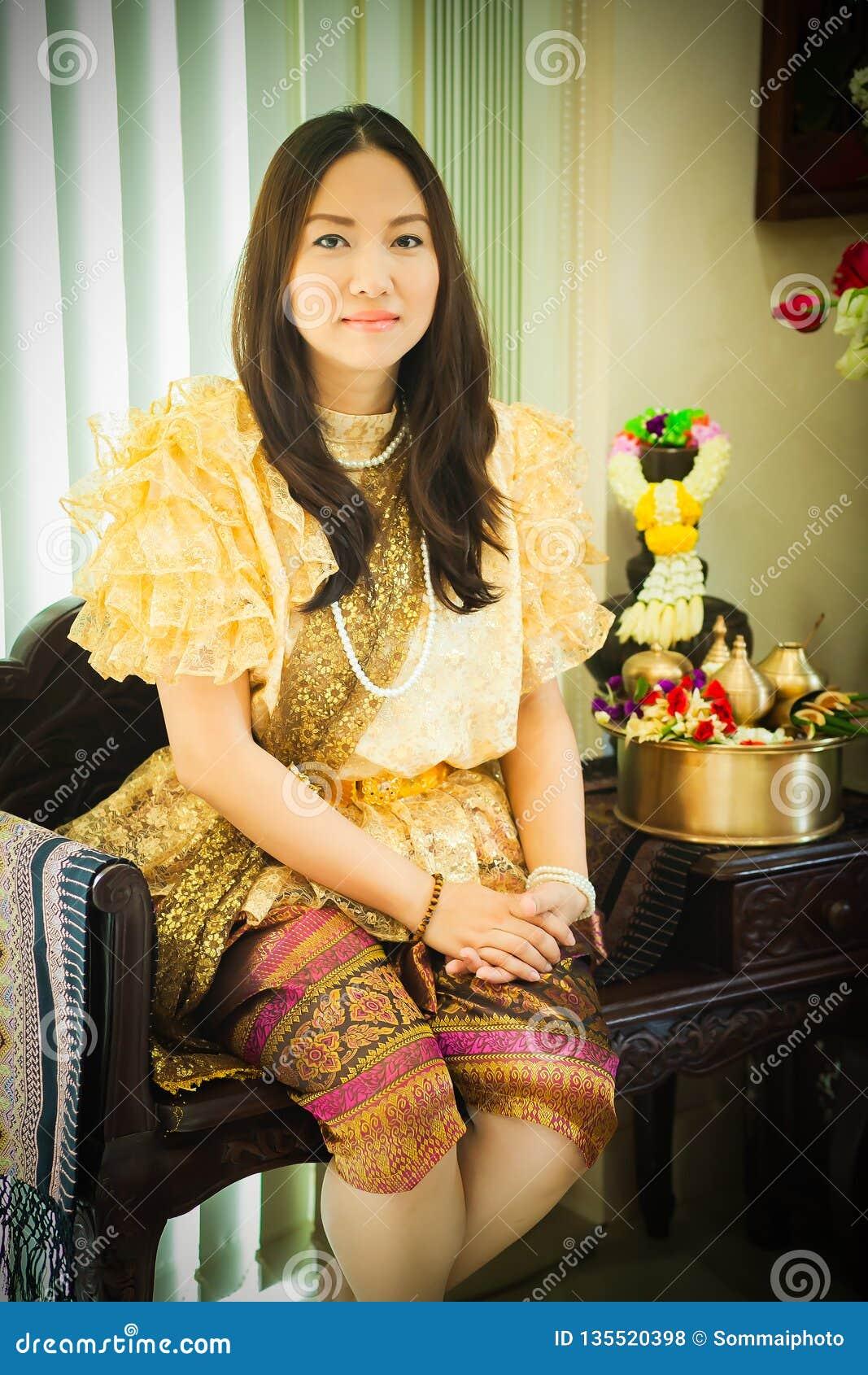 Dames dans le style traditionnel thaïlandais de cru de mode le règne du Roi Rama V à la route d Inthamara, Bangkok, Thaïlande