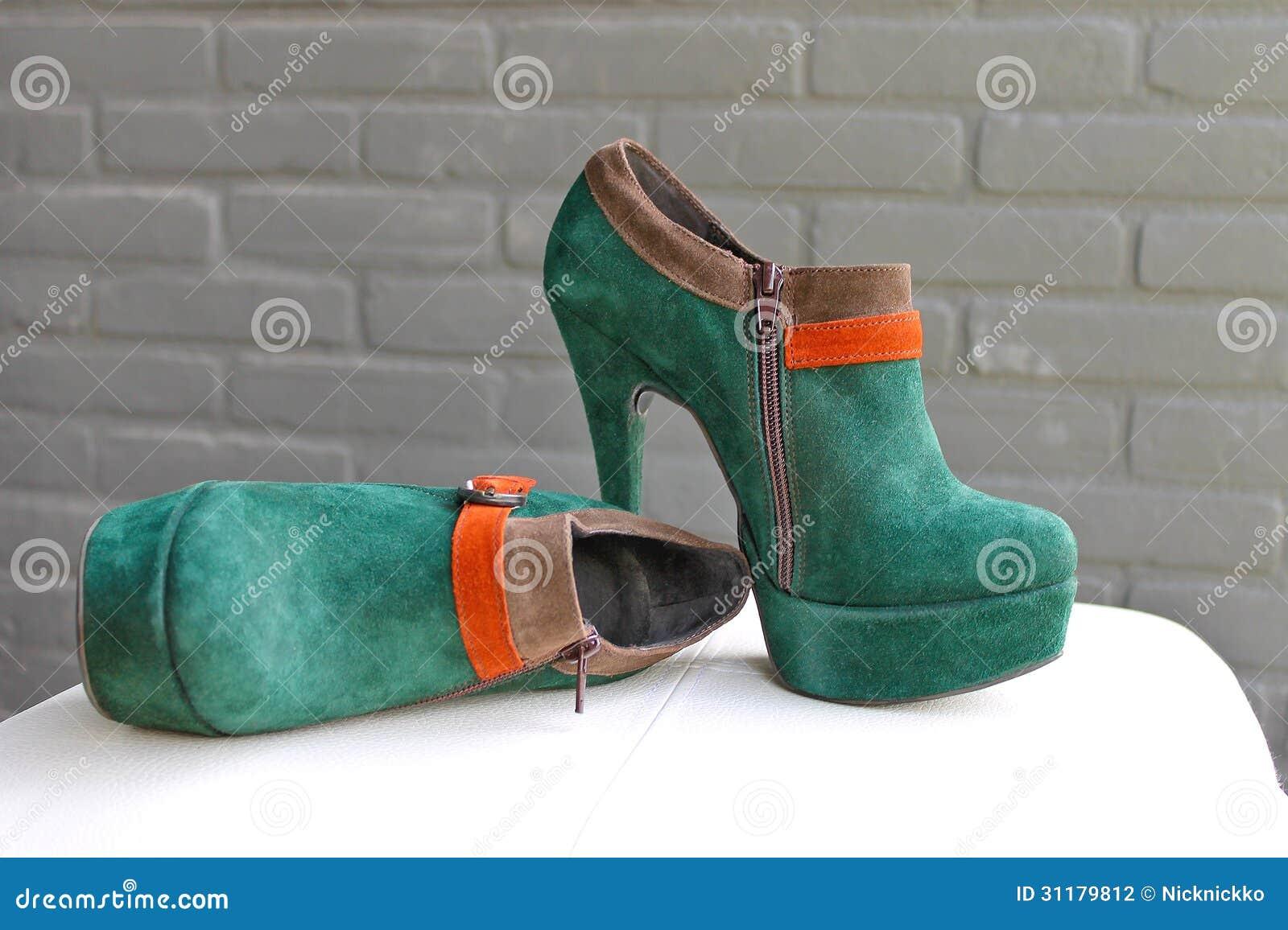 Dames de groene suèdeschoenen