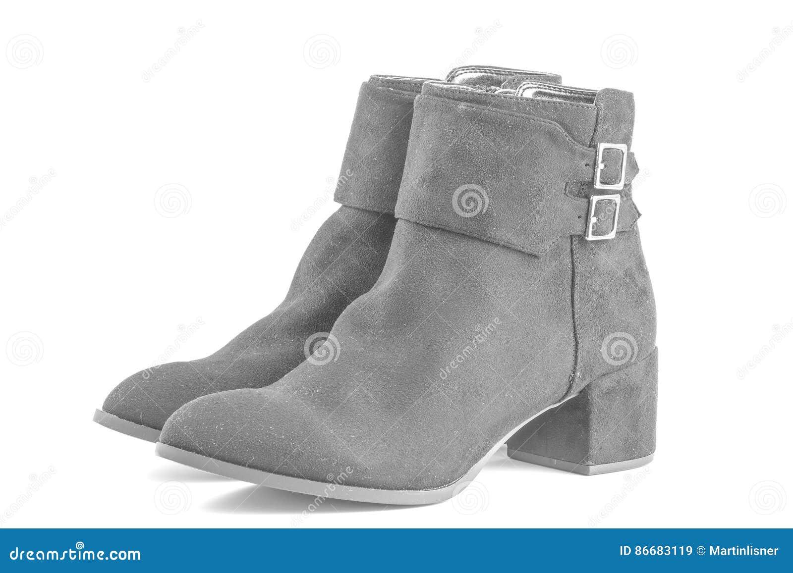 Dames korte zwarte laarzen op een witte achtergrond