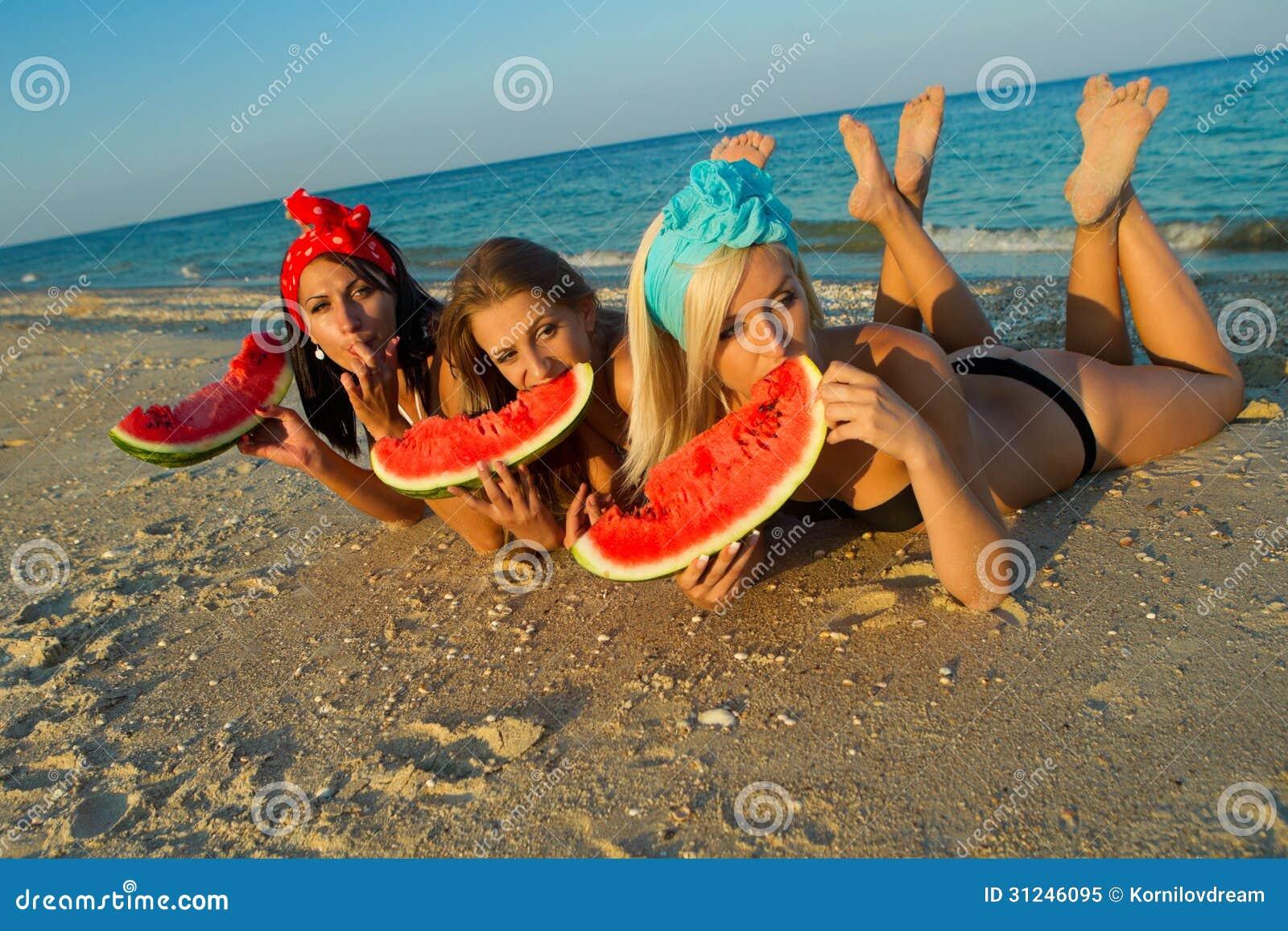 Dames op zee met watermeloen