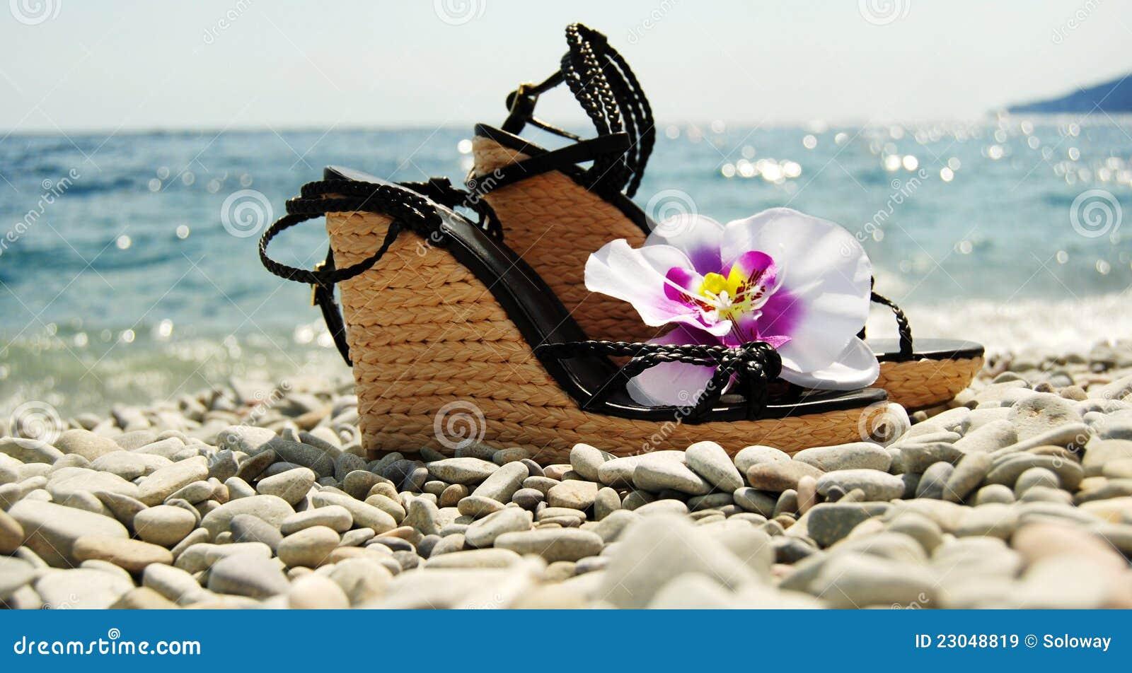 Dames wig-gehielde schoenen op de zeekust