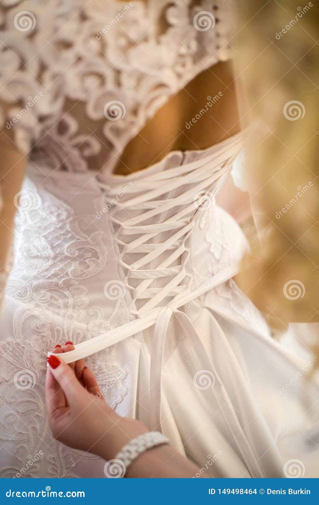Damigella d onore che lega vestito da sposa Vestito da sposa dal pizzo spese della sposa