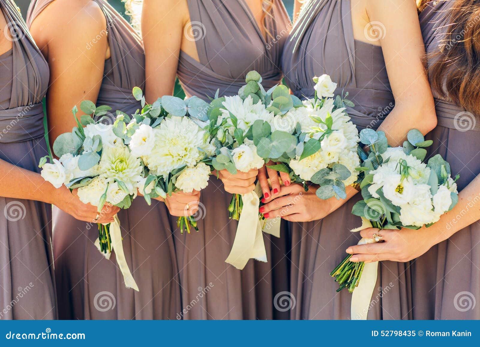 Damigelle d onore nel marrone con il mazzo di nozze