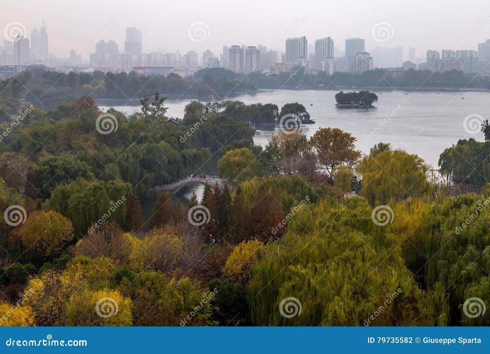Daming Lake en otoño, Jinan, China