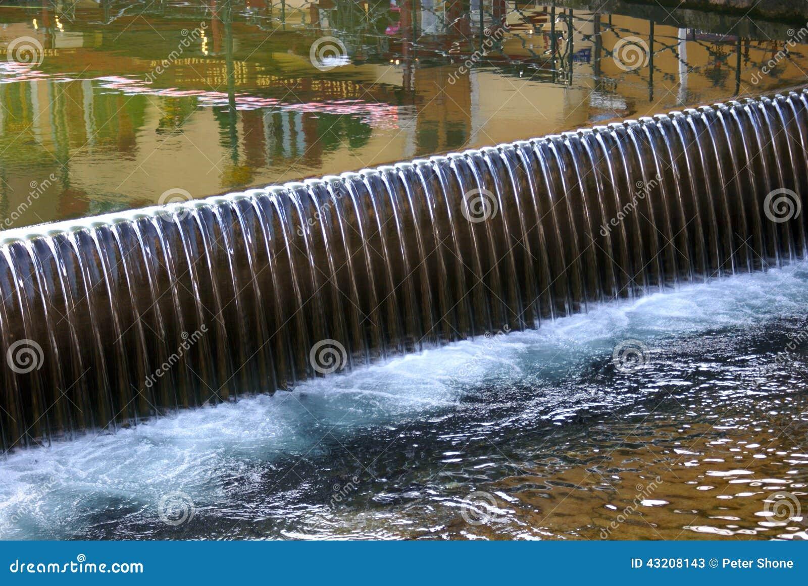 Download Dammbyggnad I Annecy Frankrike Fotografering för Bildbyråer - Bild av pöl, reflexion: 43208143