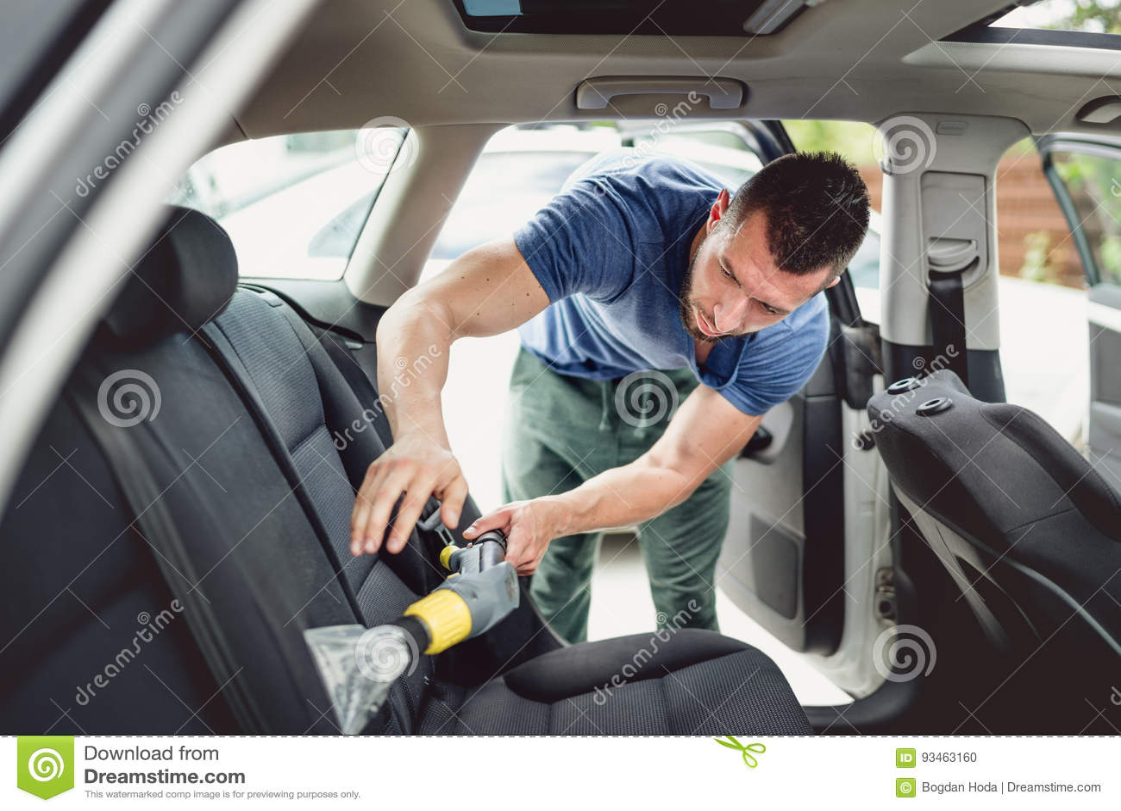 Dammsuga och rengörande bil för arbetare Bilomsorg och specificerabegrepp