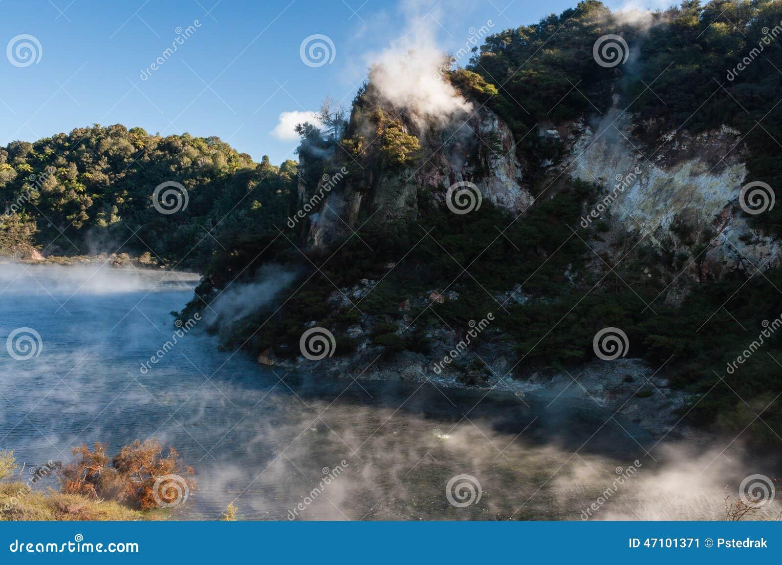 Dampf, der vom Braten von Pan Lake in Rotorua anhebt