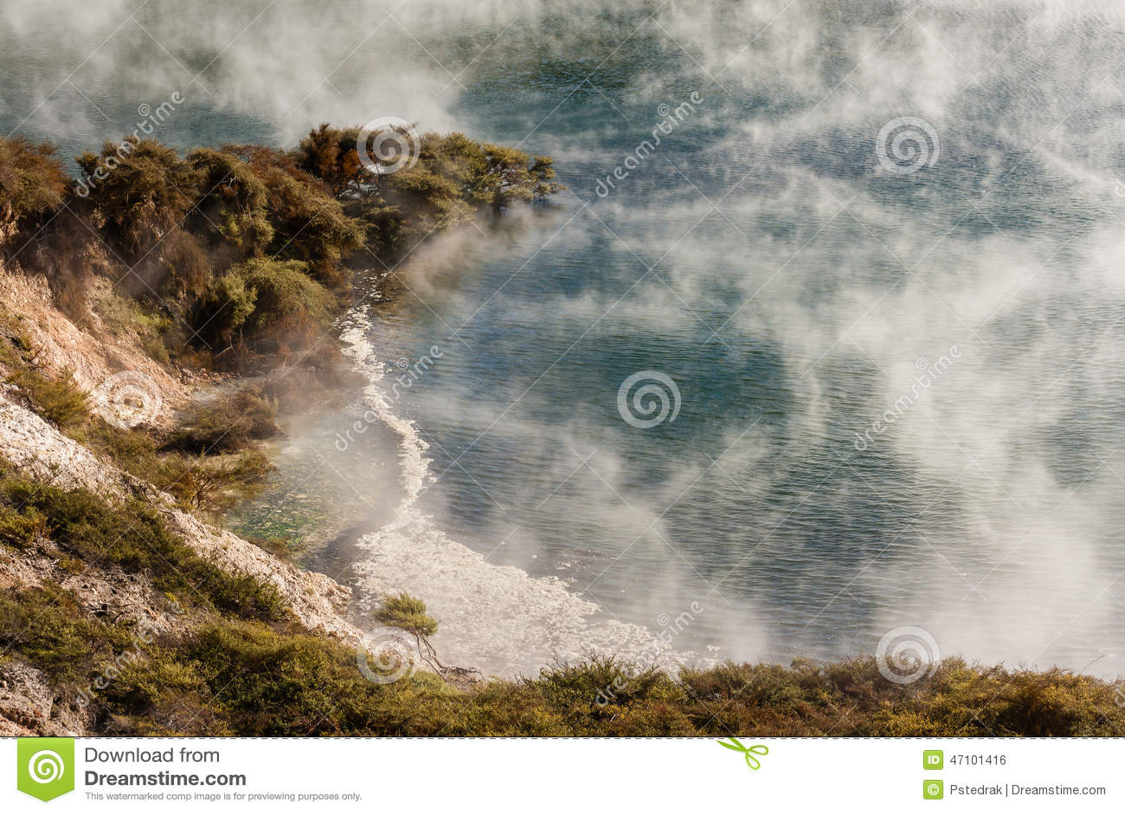 Dampf, der vom thermischen See in Waimangu anhebt