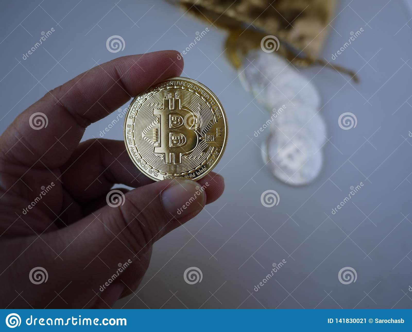 Damy ręka chwyta złotego bitcoin