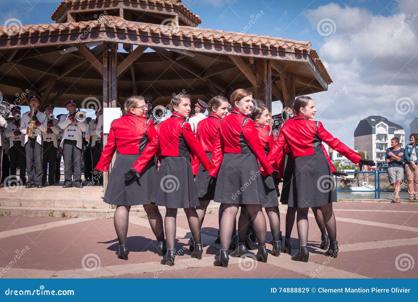 Dança da fanfarra na rua