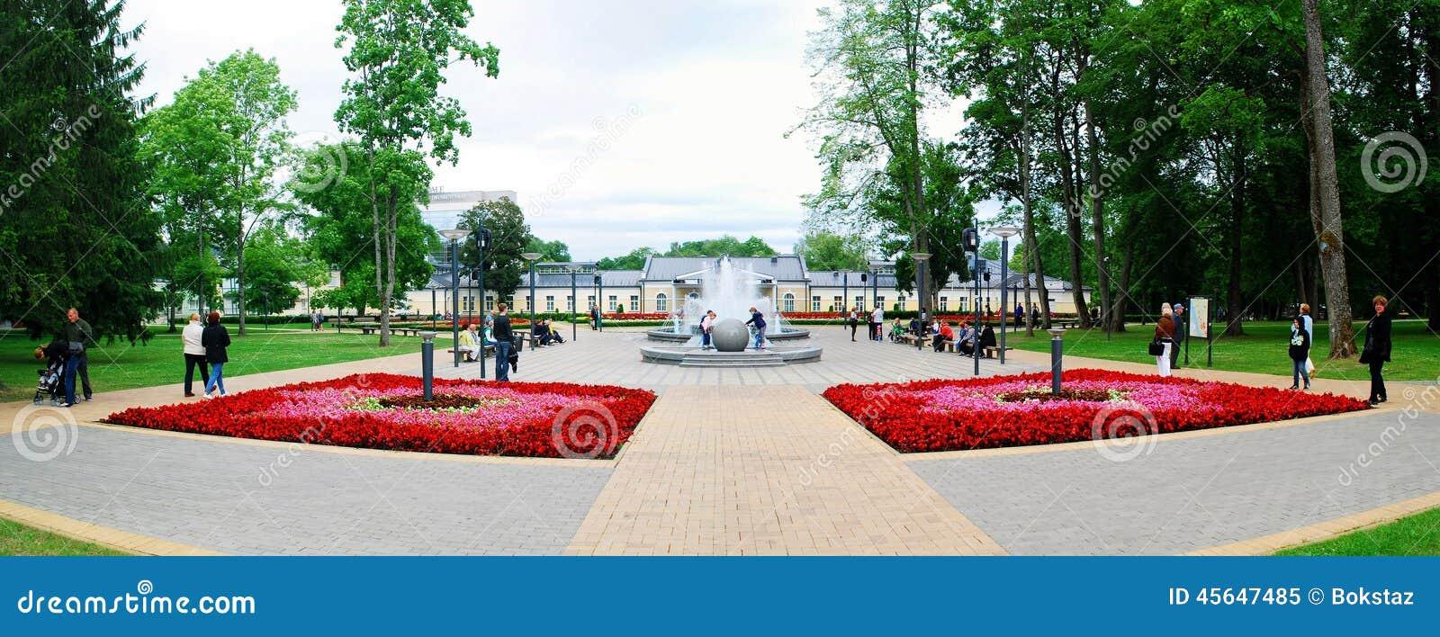 Dança da fonte com música e cores em mudança na cidade de Druskininkai