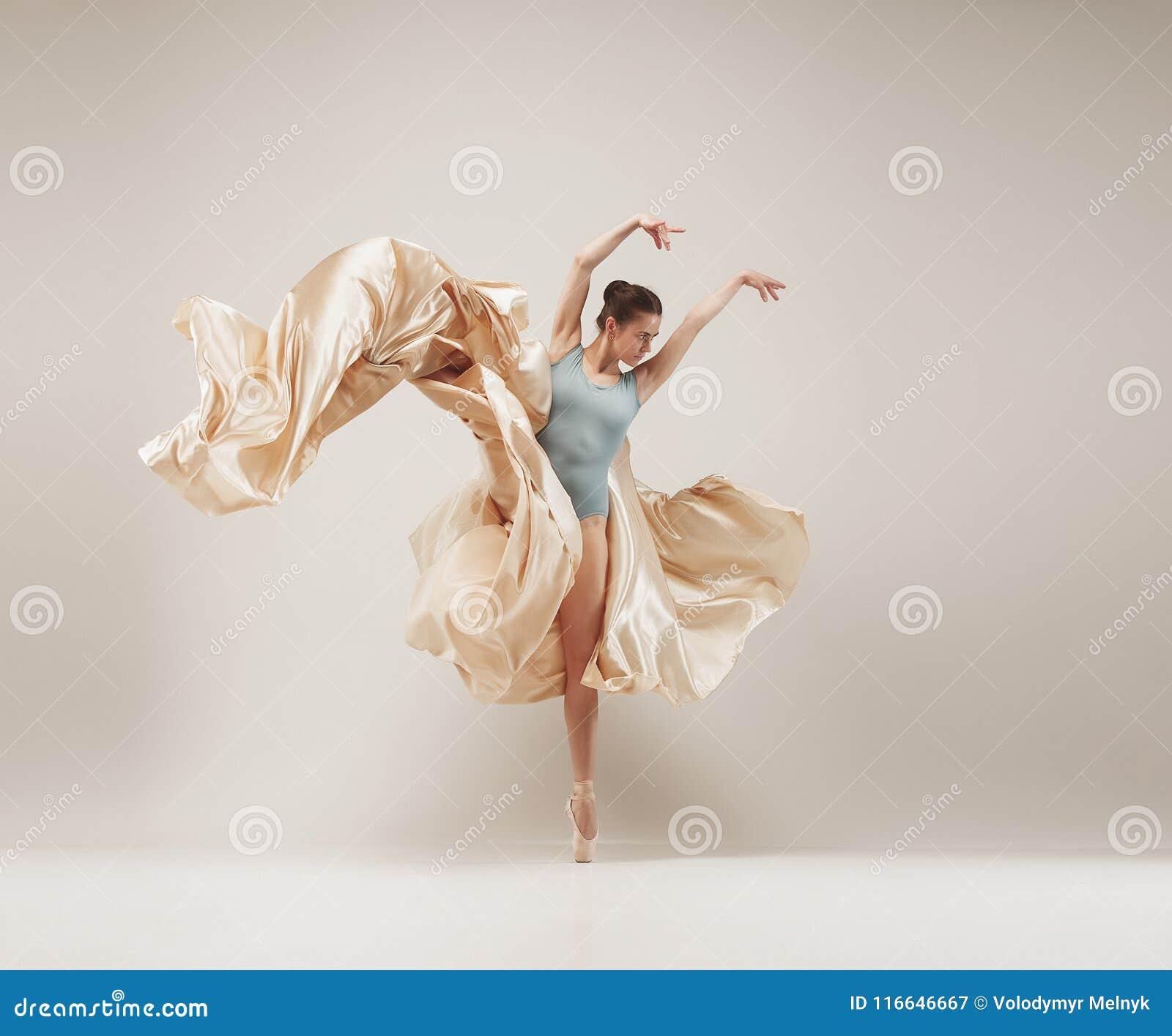 Dança do dançarino de bailado moderno no corpo completo no fundo branco do estúdio