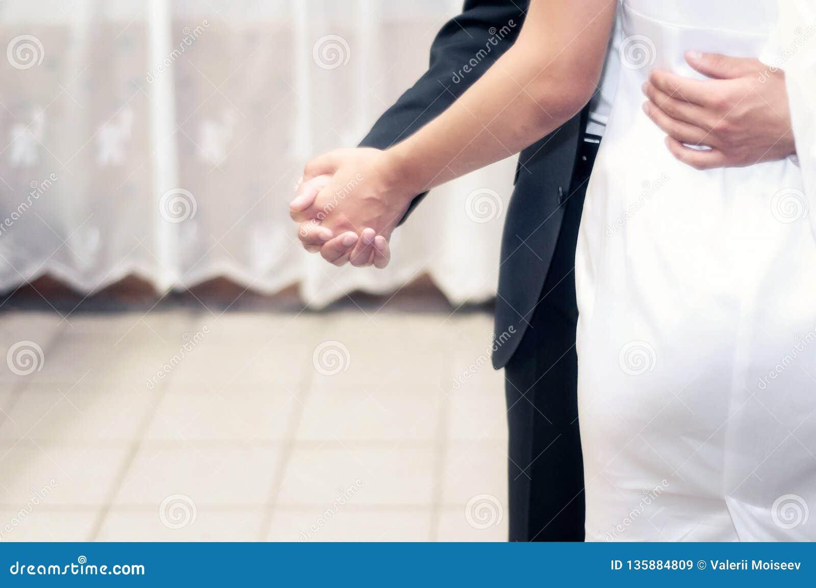 Dança dos noivos na fase no restaurante e no casamento da comemoração