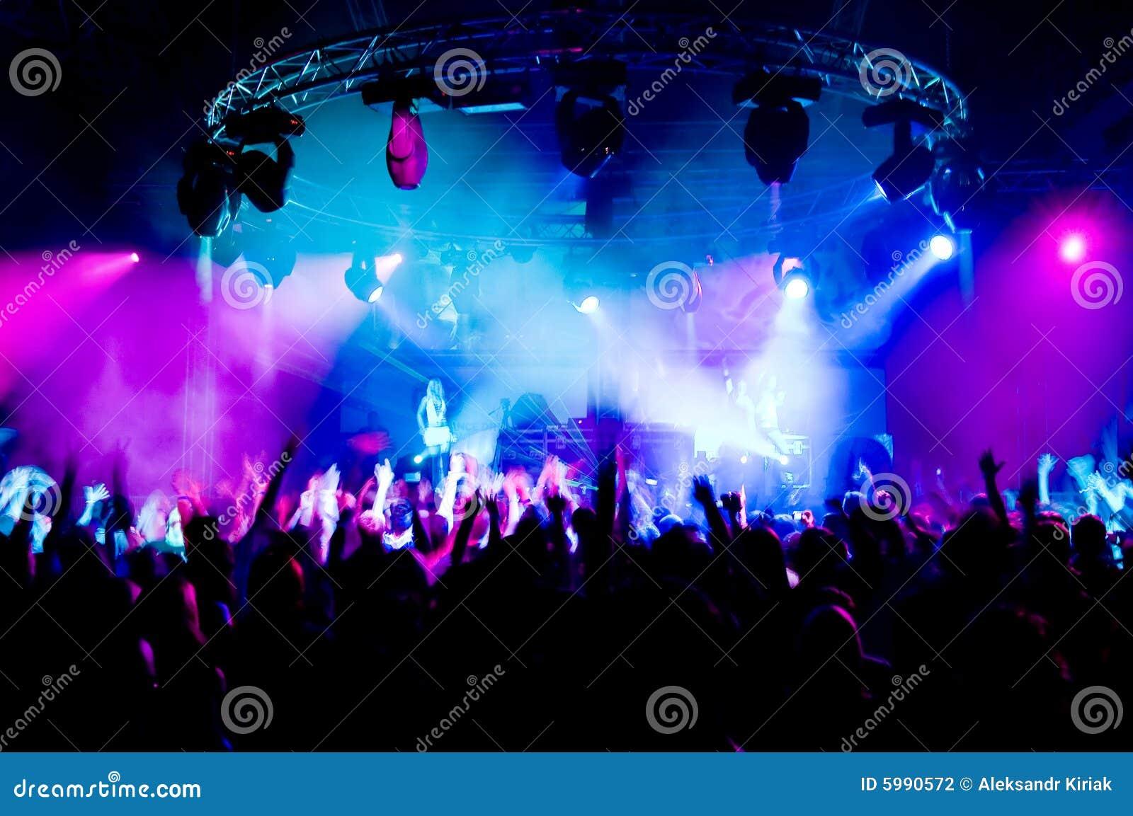 Dança dos povos no concerto