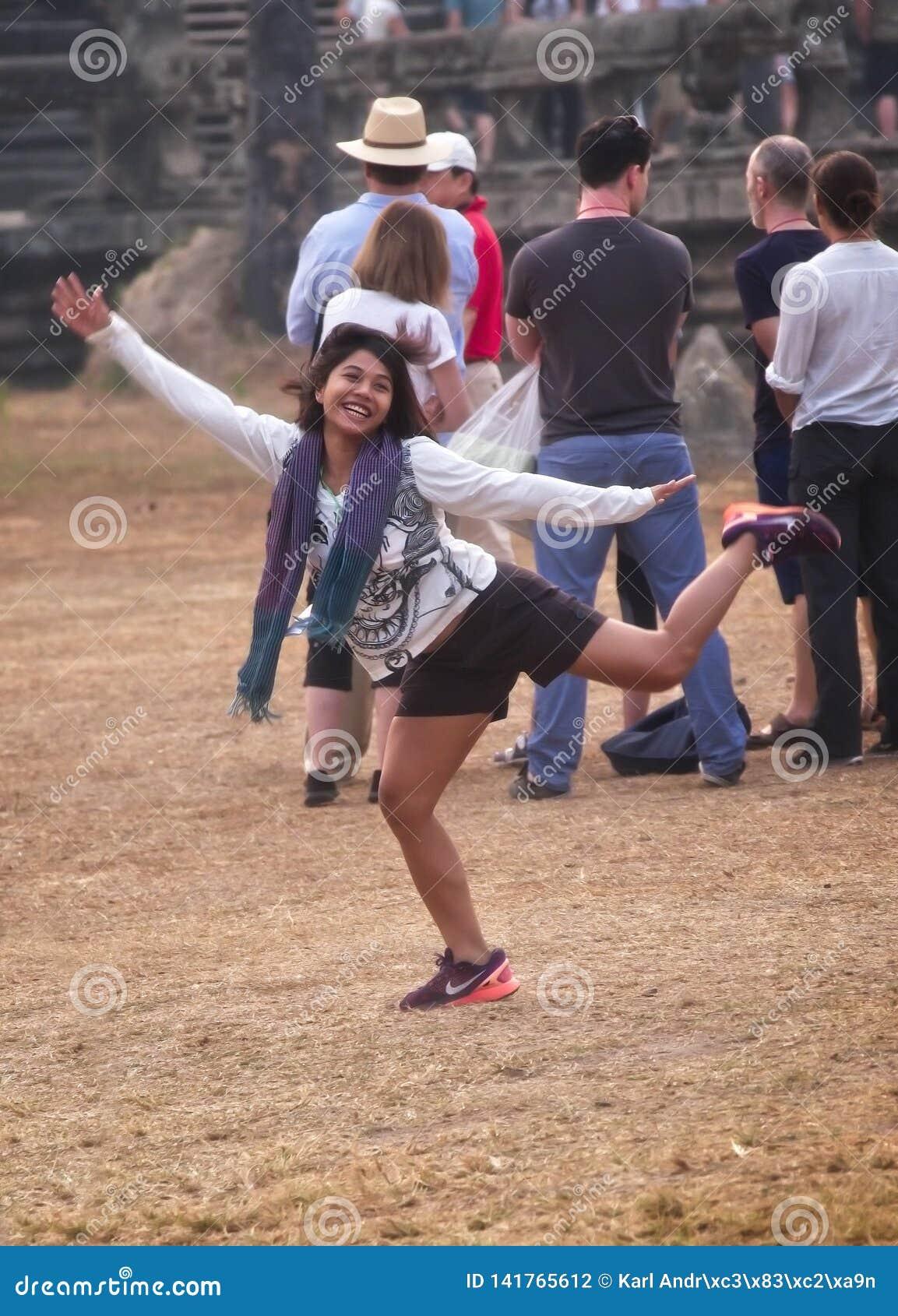 Dança feliz da menina para outro
