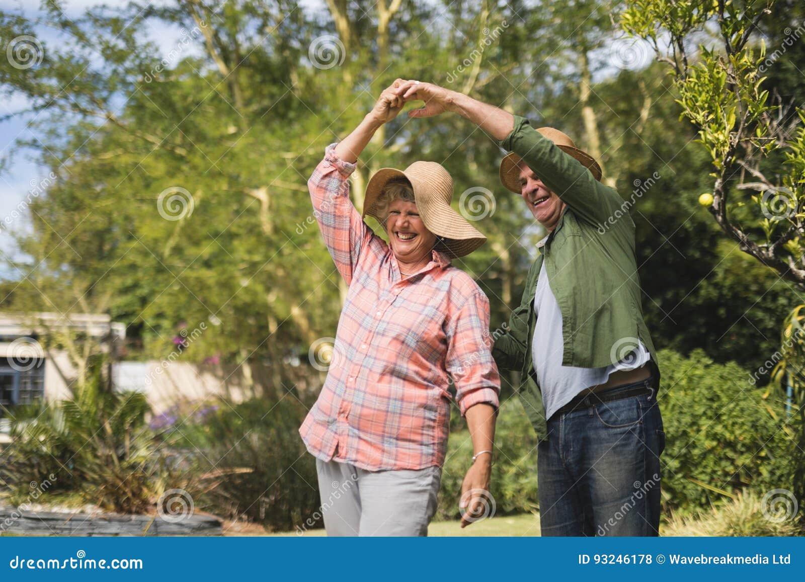 Dança superior feliz dos pares na jarda