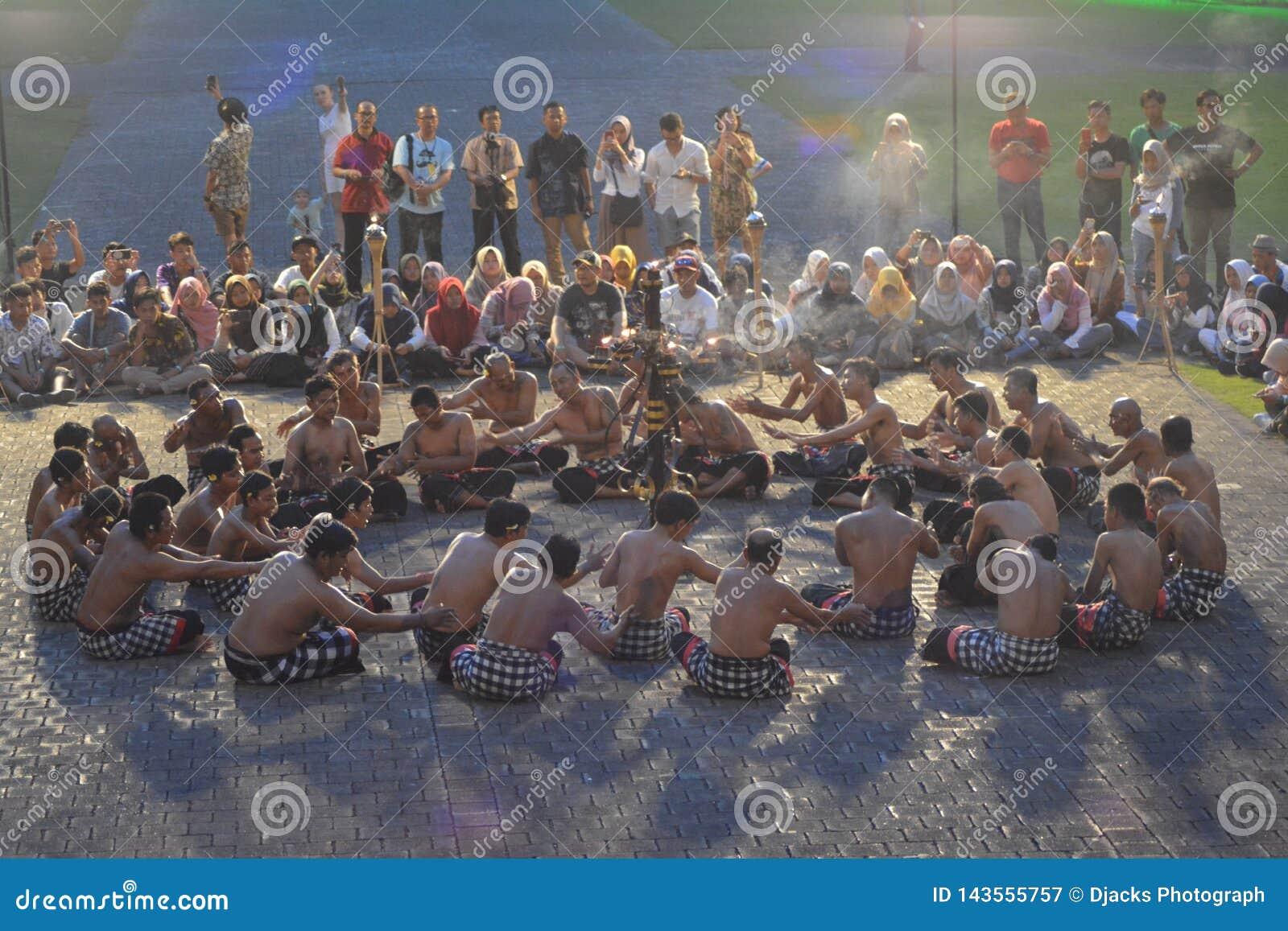 A dança tradicional do Balinese chamou a dança de Kecak