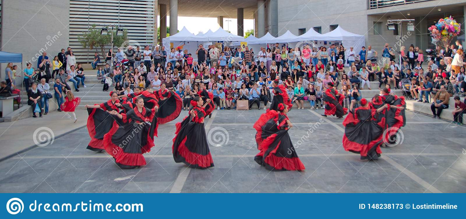 Dança tradicional em uma câmara municipal
