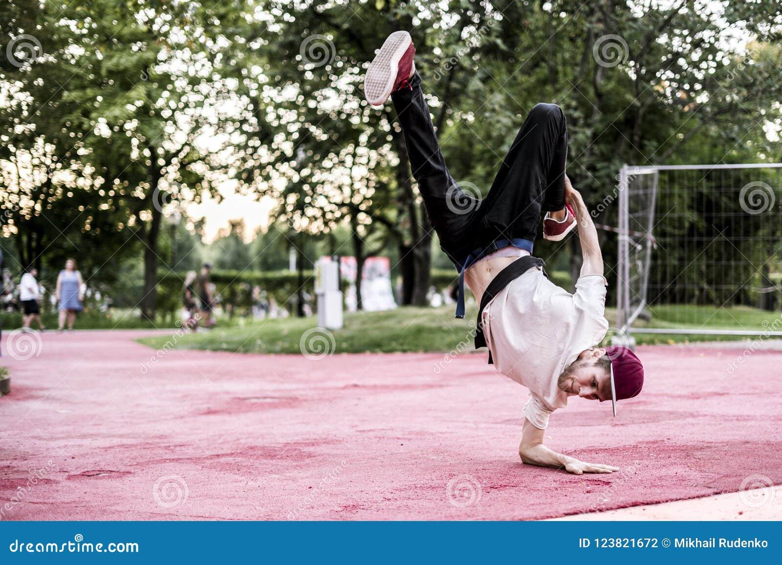 Dança urbana do hip-hop da subcultura do homem novo no parque da cidade