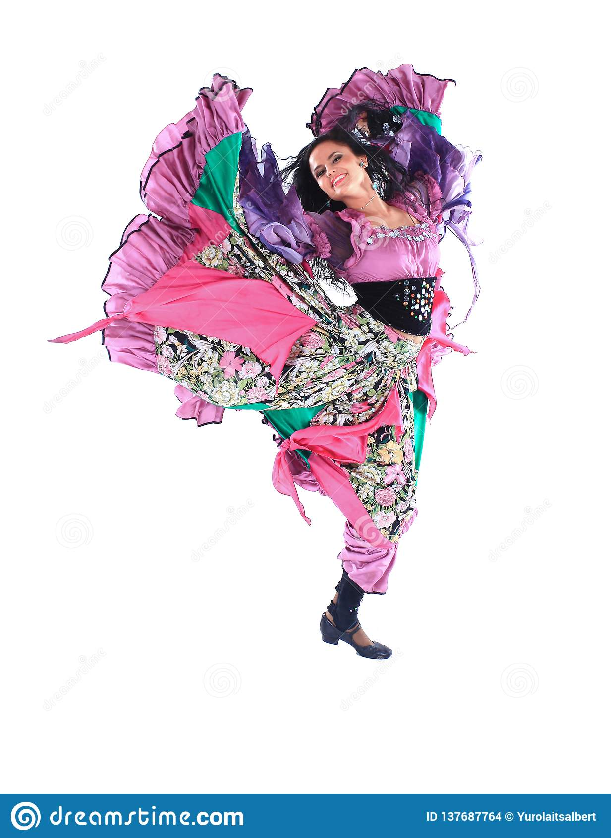 Dançarino da jovem mulher em um traje aciganado