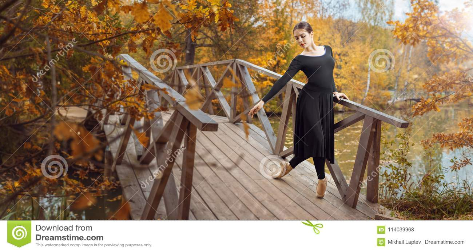 Dançarino de bailado moderno no parque do outono