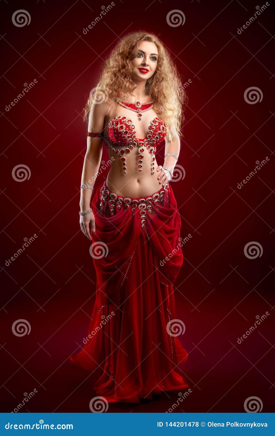 Dançarino de barriga no traje vermelho