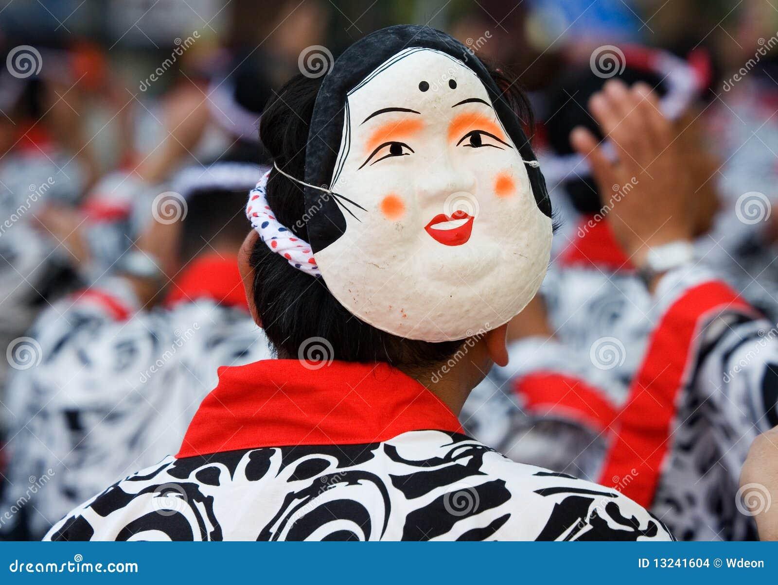 Dançarino japonês do festival com uma máscara