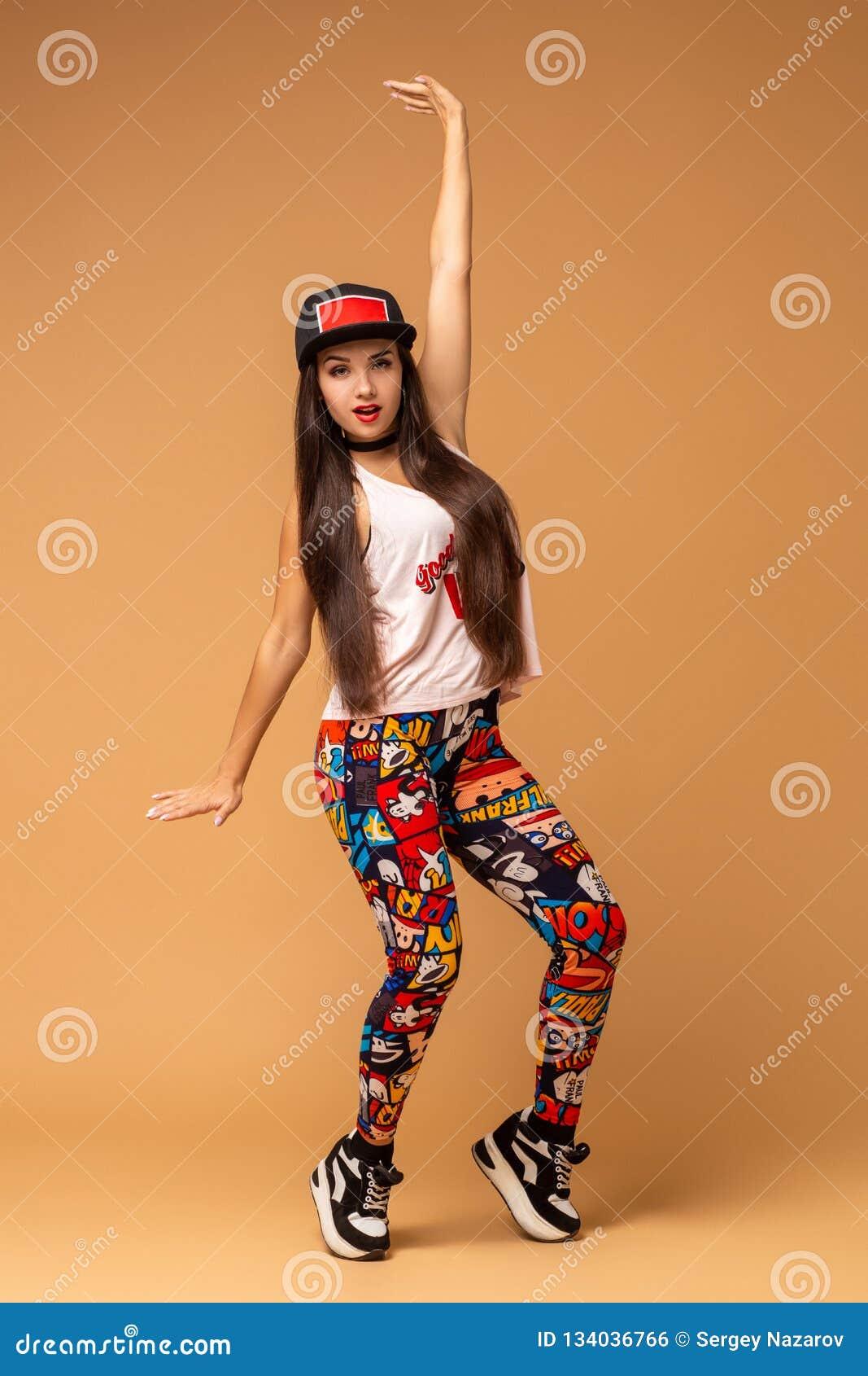 Dançarino moderno do estilo que levanta no fundo do estúdio