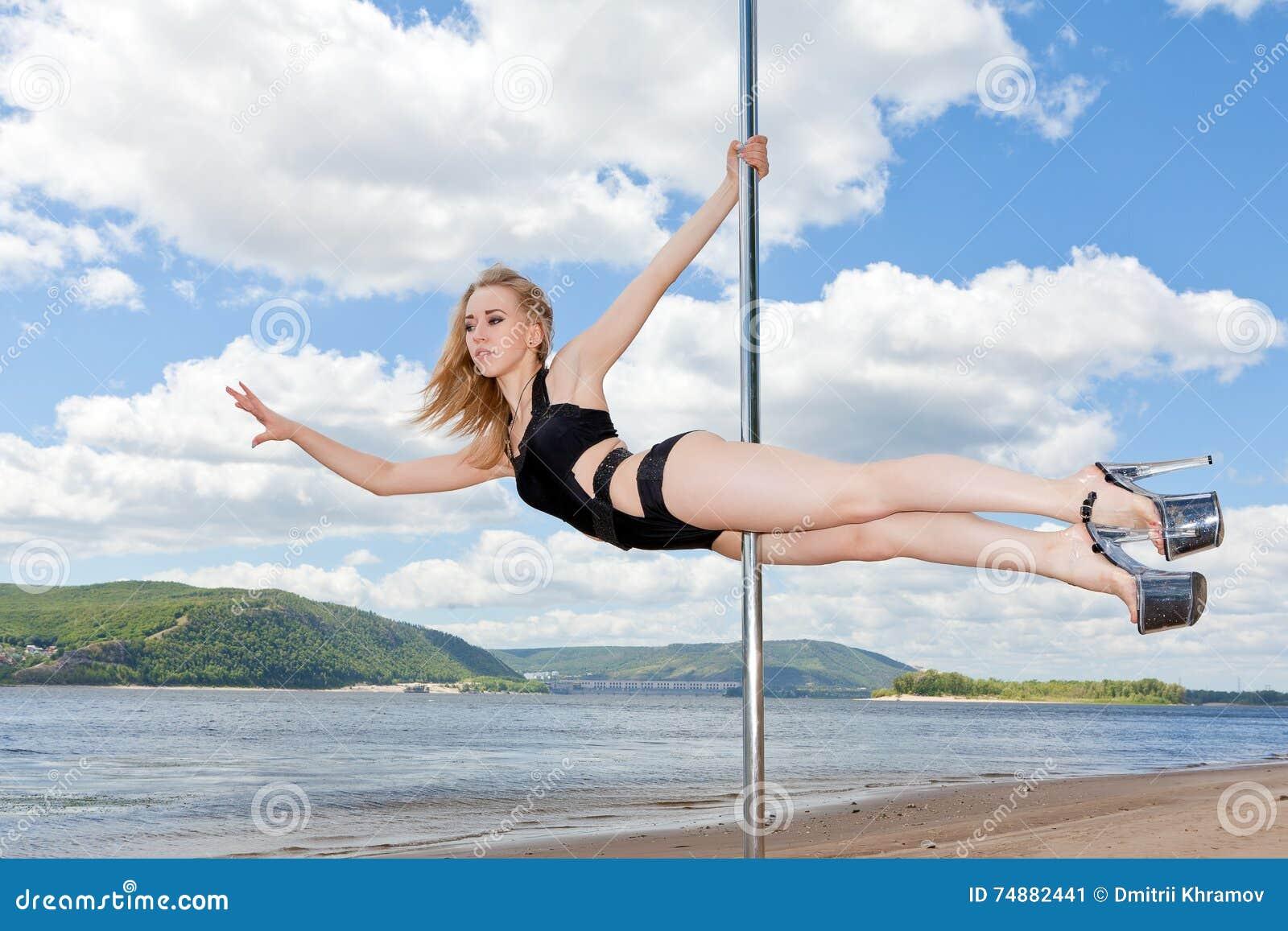 Dançarino no fundo do pilão do céu azul e do rio