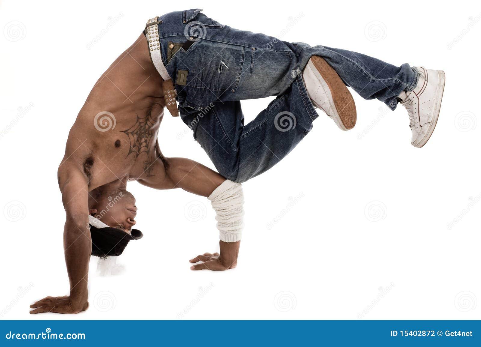 Dançarino que balança seus joelhos com seus cotovelos