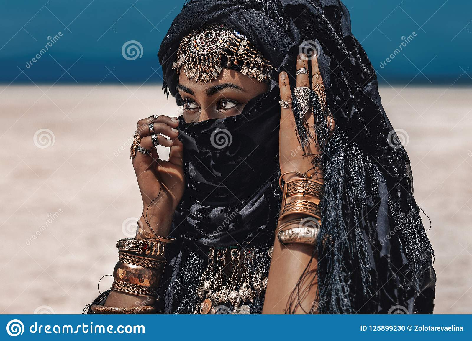 Dançarino tribal à moda novo bonito Mulher no traje oriental