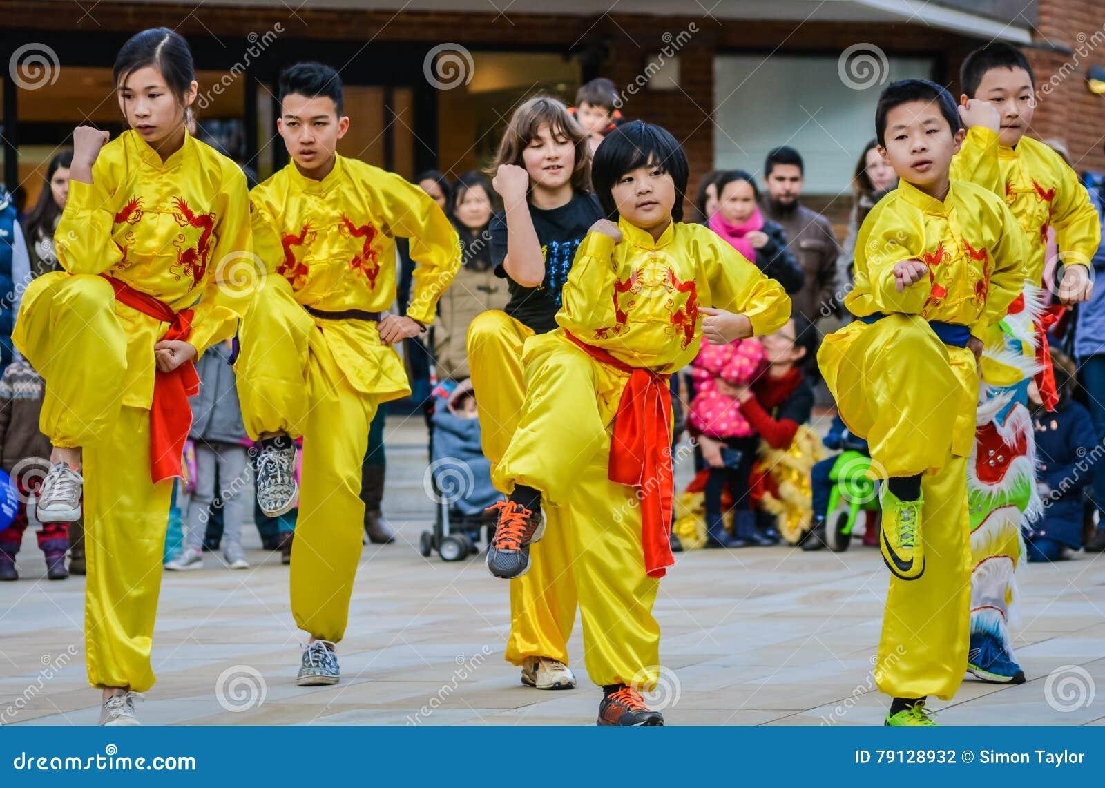 Dançarinos chineses que comemoram o ano novo chinês