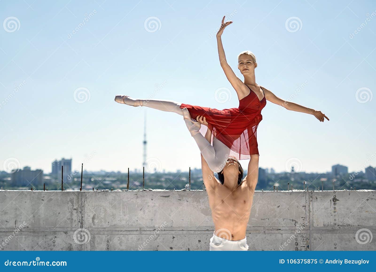 Dançarinos de bailado que levantam fora