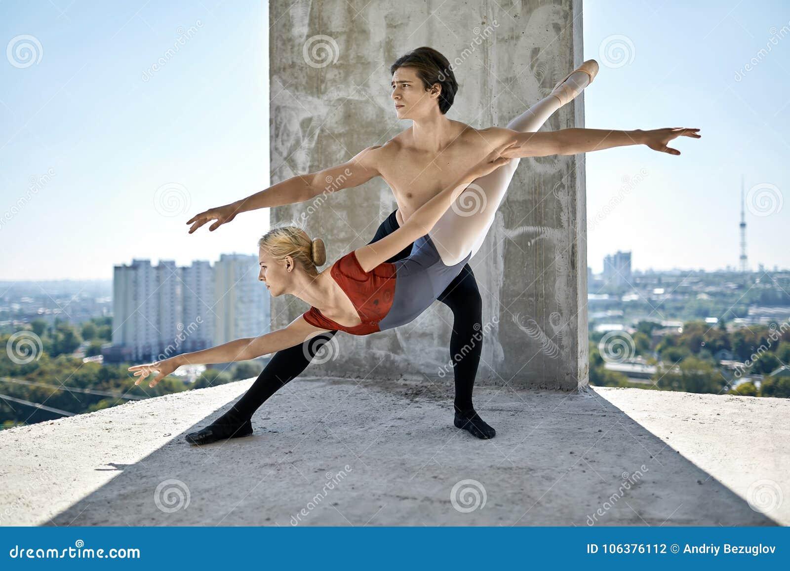 Dançarinos de bailado que levantam na construção inacabado