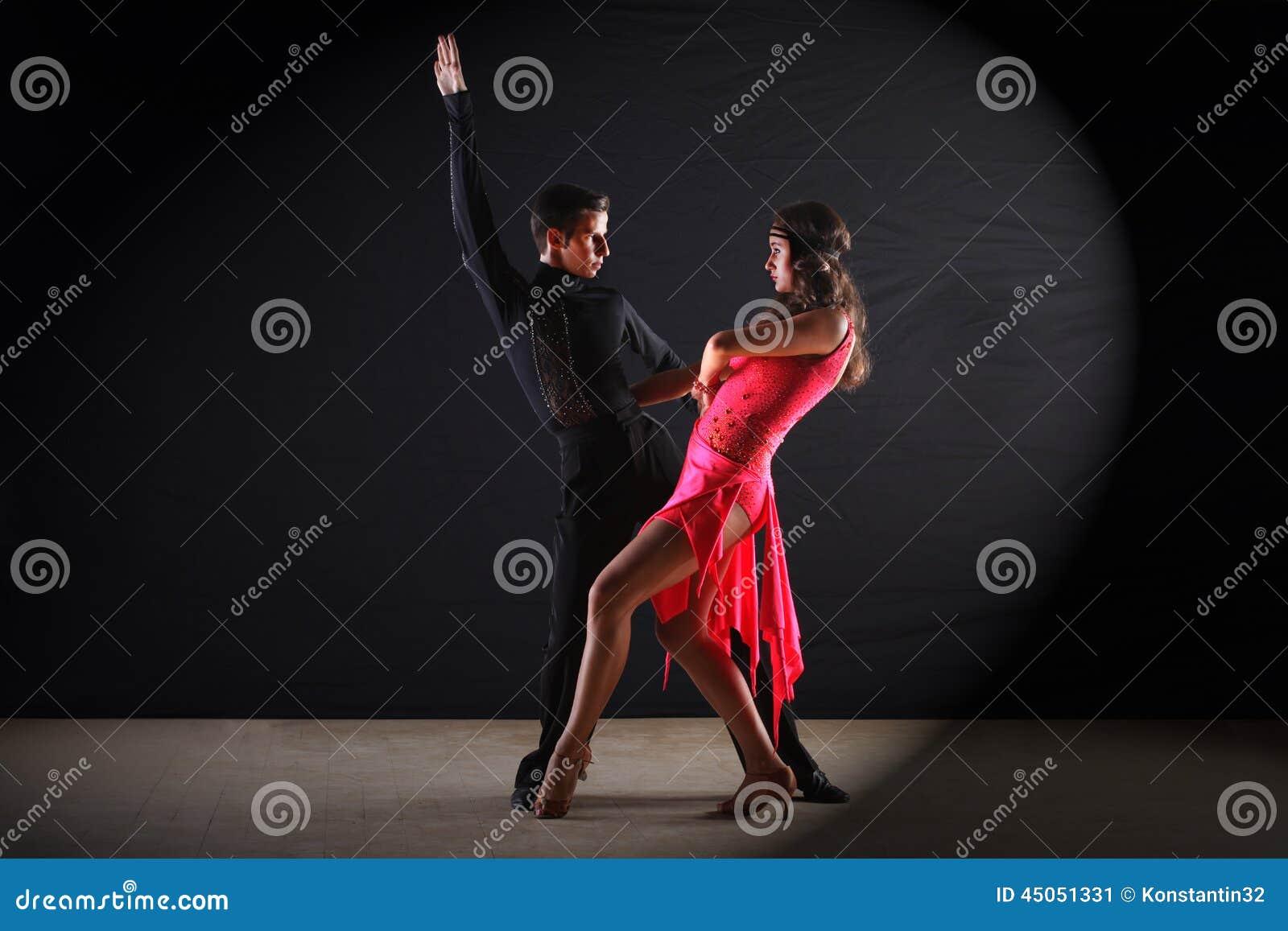 Dançarinos do Latino no salão de baile