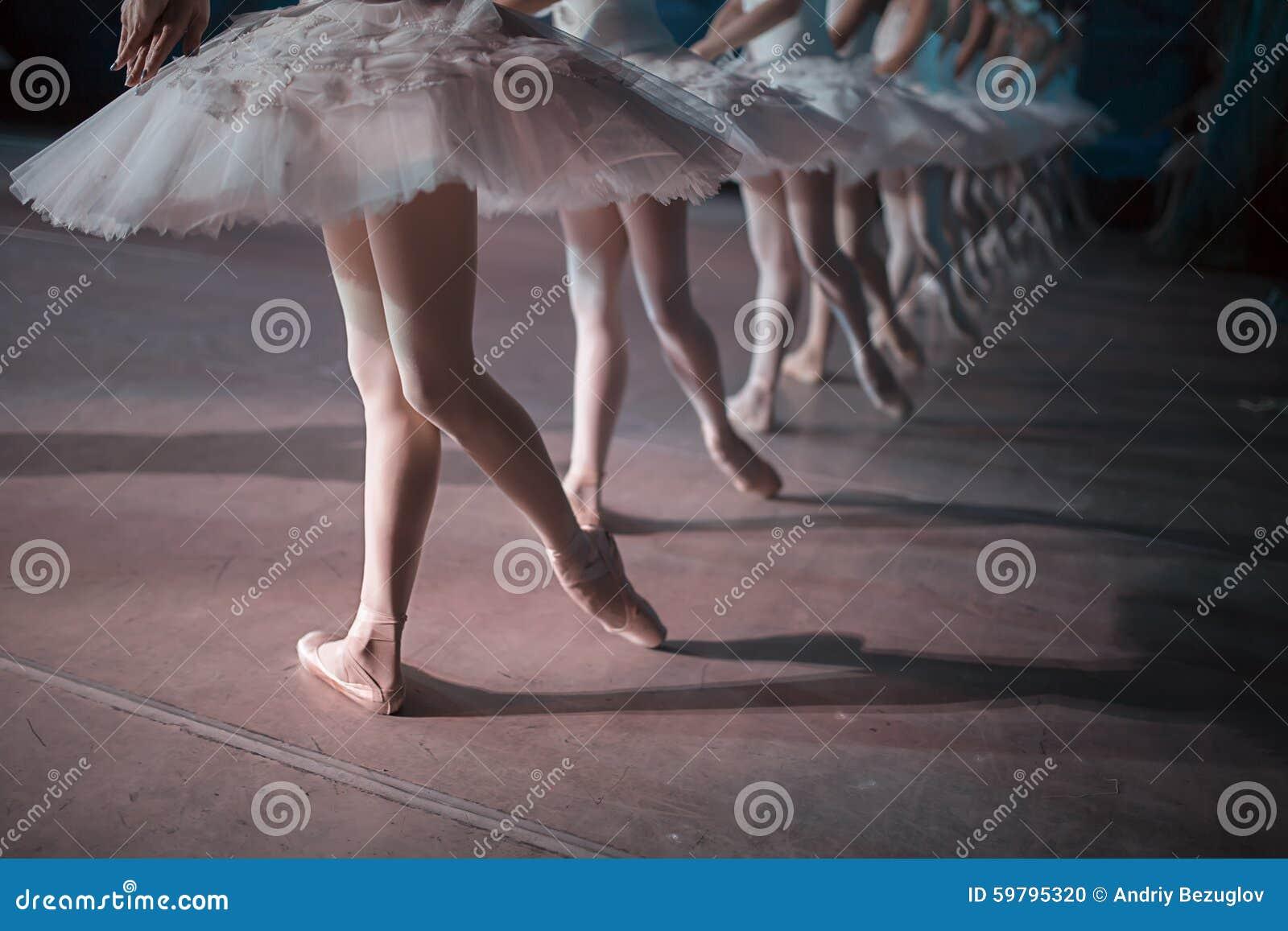 Dançarinos tutu branco na dança sincronizada