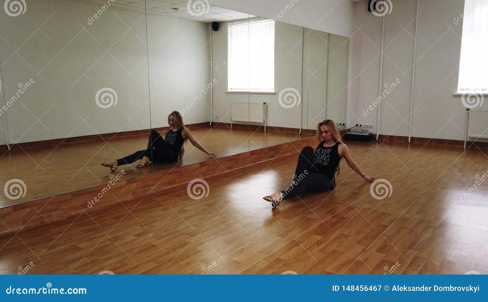 Dan?a f?mea do treinamento do dan?arino ao ensaiar no est?dio da dan?a