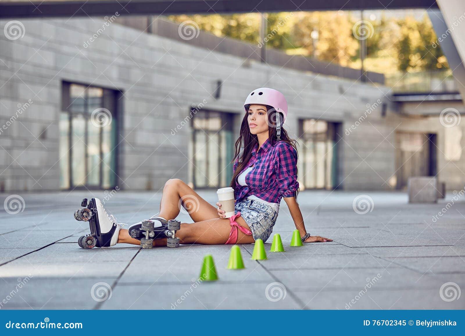 Dana den utomhus- stads- ståenden av den nätta brunettkvinnan i stad