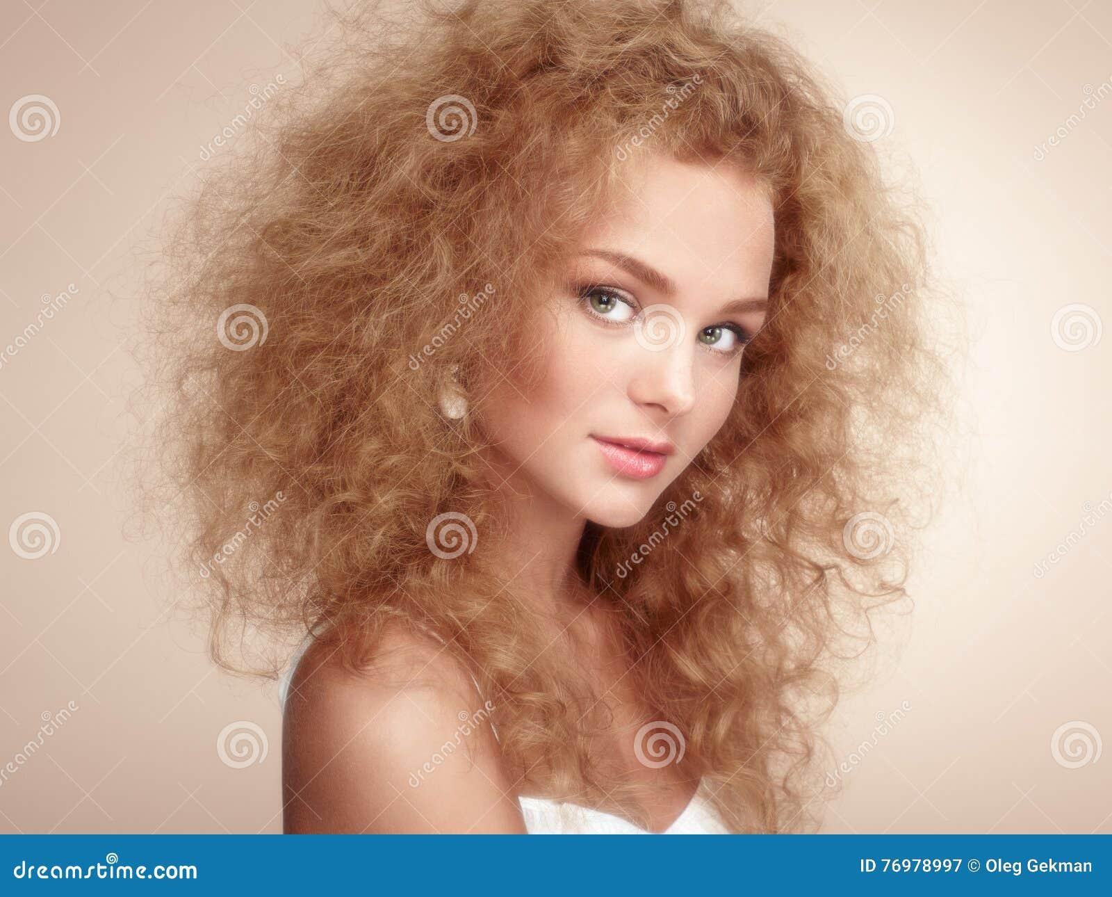 Dana ståenden av den unga härliga kvinnan med den eleganta frisyren